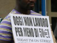 Centinaia di immigrati, per la maggior parte appartenenti alle comunita' ghanesi e nigeriane che vivono tra le province di Napoli e Caserta da questa mattina stanno attuando una singolare forma di protesta per dire no alle condizioni di sfruttamento del lavoro. Si sono radunati in numerosi presidi esponendo cartelli con la scritta 'Oggi non lavoro per meno di 50 euro'. Gli immigrati chiedono un adeguamento delle retribuzioni. La maggior parte sono impegnati nei lavori nel comparto dell'edilizia e dell'agricoltura. ANSA/PRIMA PAGINA