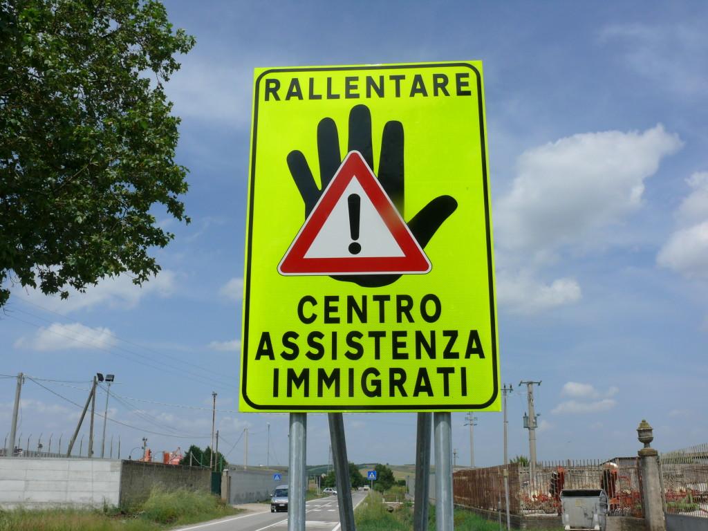Cartello posto nei pressi del CIE di Palazzo San Gervasio - Foto archivio OMB